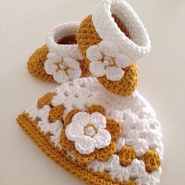 Set aus Babymütze und Schuhen